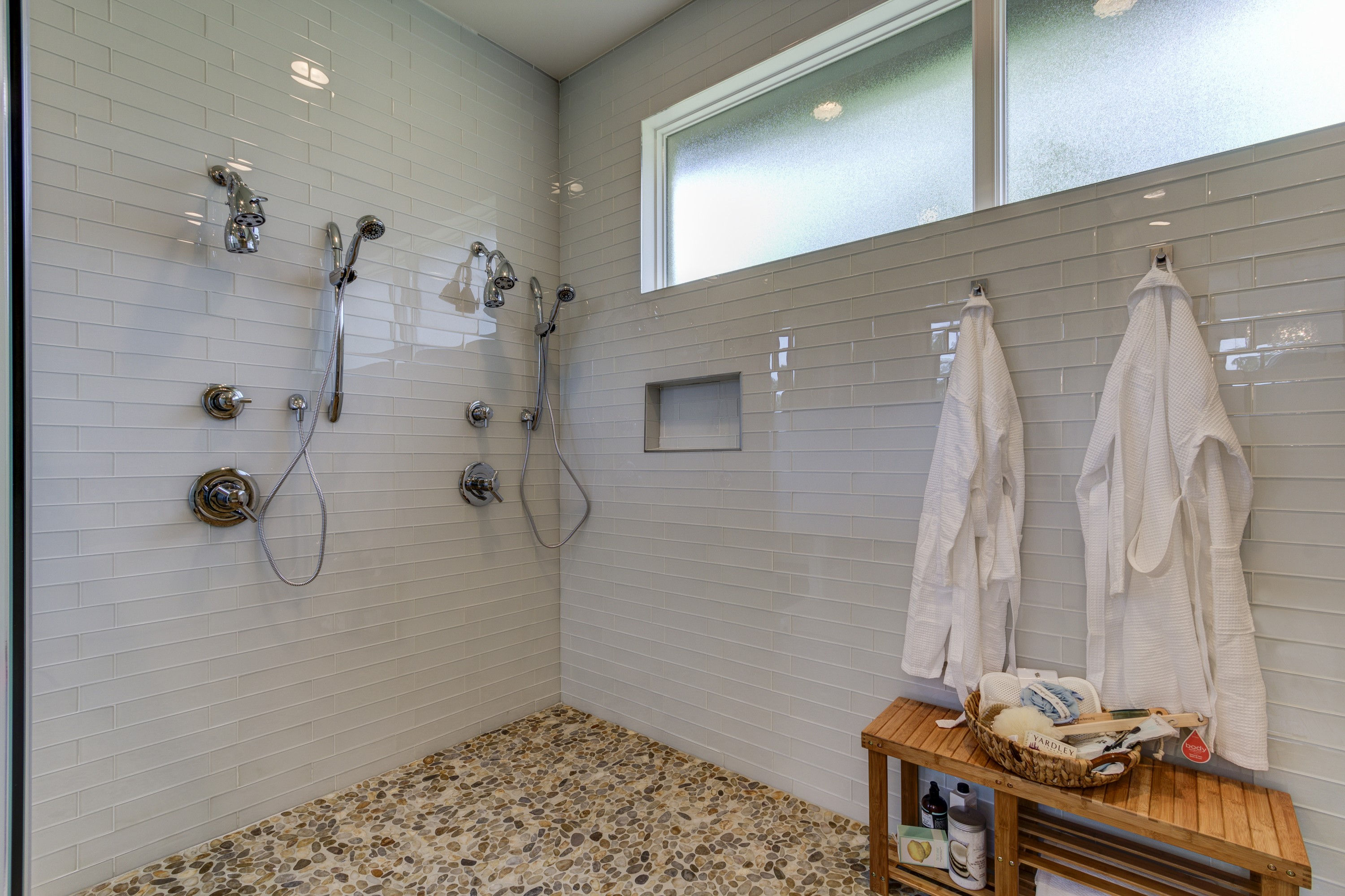 5 must have luxury features for your next master bathroom for Luxury home features