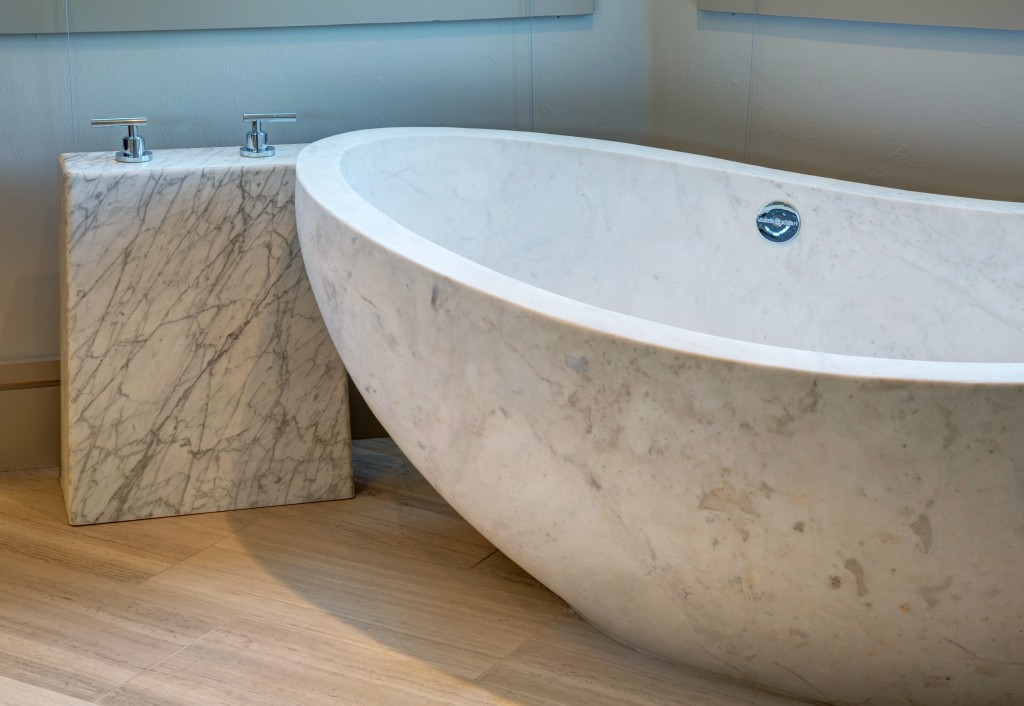 5 must have luxury features for your next master bathroom for Bathtub materials